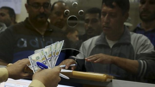موظفون حكوميون تابعون لحركة 'حماس' في انتظار الحصول على 60% من مرتباتهم التي طال انتظارها، في مكتب البريد الرئيسي في غزة، في مدينة غزة، 9 نوفمبر، 2018. (AP Photo/Adel Hana)