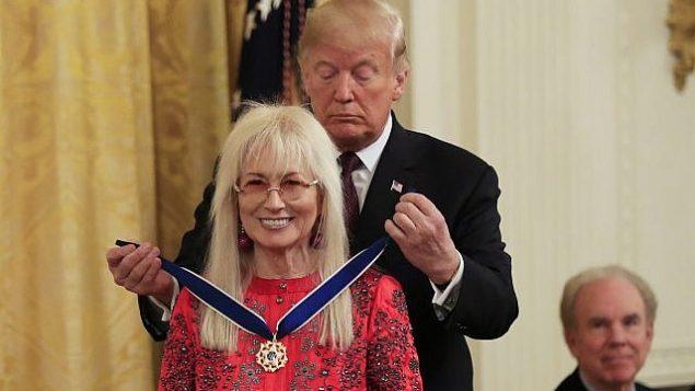 الرئيس الأمريكي دونالد ترامب يقدم ميدالية الحرية الرئاسية إلى ميريام أديلسون خلال احتفال في الغرفة الشرقية للبيت الأبيض، في واشنطن، 16 نوفمبر، 2018. (AP Photo / Manuel Balce Ceneta)
