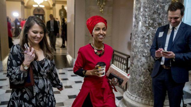 عضو الكونغرس الهان عمر داخل مبنى الكابيتول في واشنطن، 16 يناير 2019 (AP/Andrew Harnik)