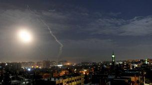 صورة صادرة عن وكالة الانباء السورية الرسمية 'سانا'، تظهر صاروخ ينطلق الى الجو بالقرب من مطار دمشق الدولي، 21 يناير 2019 (SANA via AP)