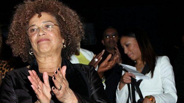 أنجيلا ديفيس في مهرجان الأفلام الأفريقية في دور سينما ريف في بولدوين هيلز في مدينة لوس أنجلوس، كاليفورنيا، 17 فبراير، 2013.  (Arnold Turner/Invision/AP)