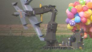 جهاز روبوت للتخلص من القنابل ينقل جهاز على شكل طائرة بدون طيار من قطاع غزة، وتحمله عشرات من بالونات الهليوم، التي سقطت في حقل جزر في جنوب إسرائيل في 6 يناير 2019. (الشرطة الاسرائيلية)