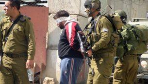 صورة توضيحية لجنود إسرائيليين يقوم بتعصيب أعين معتقلين فلسطينيين.  (Najeh Hashlamoun/Flash90)