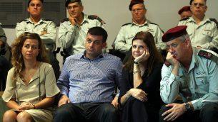 رئيس الأركان آنذاك بيني غانتس يجلس مع أعضاء من عائلة رابين في ندوة في مركز يتسحاق رابين في أكتوبر 2012 بمناسبة ذكرى اغتيال رئيس الوزراء يتسحاق رابين. (Roni Schutzer/Flash90)