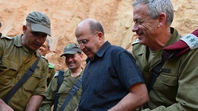 وزير الدفاع حينذاك، موشيه يعالون، ورئيس هيئة أركان الجيش الإسرائيلي حينذاك، بيني غانتس، في زيارة ل'فرقة غزة' في الجيش الإسرائيلي، 10 يونيو، 2014. (Defense Ministry/Flash90)