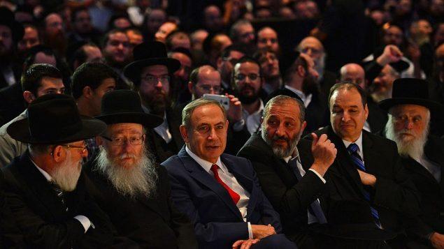 رئيس الوزراء بنيامين نتنياهو (الثالث من اليسار) ووزير الداخلية أرييه درعي (الثالث من اليمين) ووزير الصحة يعكوف ليتسمان (الثاني من اليسار) يحضران مؤتمراً في اللد في 20 نوفمبر 2016. (Kobi Gideon/GPO)