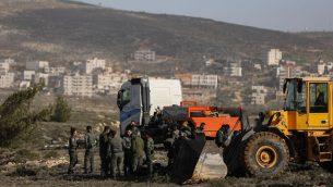 قوات الجيش الإسرائيلي في بئرة عامونا الاستيطانية غير القانونية في الضفة الغربية، 3 يناير 2019 (Yonatan Sindel/Flash90)
