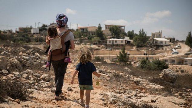 امرأة وأطفالها يتنزهون في مستوطنة سدي بوعاز في غوش عتصيون، الضفة الغربية، 28 أغسطس، 2018.  (Hadas Parush/Flash90)