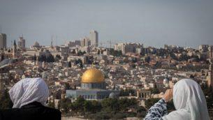 سياح يتفرجون على منظر قبة الصخرة والحرم القدسي من منطقة جبل الزيتون المطلة على القدس القديمة، 28 نوفمبر، 2018.  (Yonatan Sindel/Flash90)