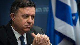 قائد حزب العمل آفي غاباي يقود جلسة المعسكر الصهيوني في الكنيست، 10 ديسمبر 2018 (Yonatan Sindel/Flash90)