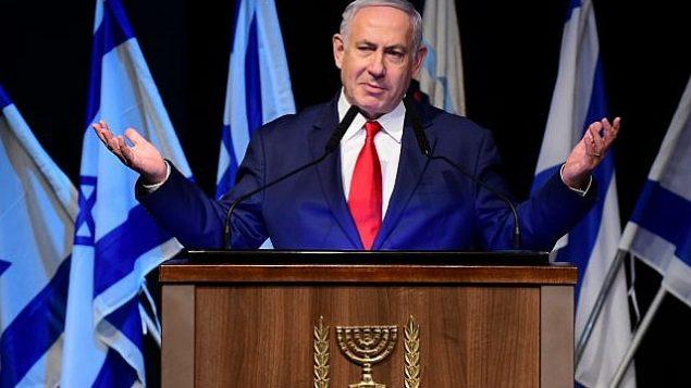 رئيس الوزراء بنيامين نتنياهو يتحدث في حدث لجنود الجيش المسيحيين بمناسبة عيد الميلاد والعام الجديد في متحف البلماح في تل أبيب، 23 ديسمبر، 2018. (Tomer Neuberg/Flash90)