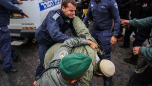 ناشطون يمينيون يشتبكون مع عناصر الشرطة خارج جلسة محكمة في ريشون لتسيون، حول قضية شبان يهود يشتبه بهم بقضية امنية تفاصيها محظورة من النشر، 31 ديسمبر 2018 (Flash90)
