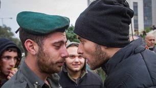 اشتباك ناشطون يمينيون مع الشرطة خارج جلسة استماع في المحكمة في ريشون لتسيون، حول مسألة المشتبه بهم اليهود في تحقيق أمني كبير  وتفاصيله تحت أمر منع النشر في 31 ديسمبر، 2018. (Flash90)