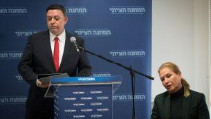 رئيس المعسكر الصهيوني آفي غاباي، ورئيسة المعارضة تسيبي ليفني، خلال جلسة للحزب في الكنيست، 1 يناير 2019 (Yonatan Sindel/Flash90)