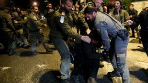 الشرطة تعتقل رجل خلال مظاهرة امام منزل رئيس الوزراء في القدس دعما لشبان مشتبه بهم في تحقيق امني ضخم تفاصيله محظورة من النشر، 5 يناير 2019 (Noam Revkin Fenton/Flash90)