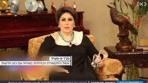 """الإعلامية الكويتية فجر السعيد في مقابلة عبر الفيديو مع قناة """"كان 11"""" الإسرائيلية على خلفية تغريدة لها بمناسبة العام الجديد دعت فيها العرب إلى تطبيع العلاقات مع إسرائيل.  (Screenshot, Kan)"""
