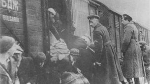 تُظهر هذه الصورة التي قدمها متحف ذكرى المحرقة في الولايات المتحدة رجال شرطة بلغاريين يشرفون على ترحيل اليهود المقدونيين إلى معسكرات الموت الألمانية في مارس / آذار 1943 في سكوبجي المحتلة في بلغاريا. (AP Photo/U.S. Holocaust Memorial Museum, Courtesy of Jewish Historical Museum, Belgrade)