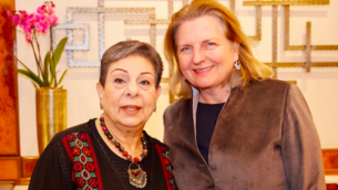 البارزة في منظمة التحرير الفلسطينية حنان عشراوي، إلى اليسار، ووزيرة الخارجية النمساوية كارين كنيسل في فيينا، 1 يناير 2019 (تويتر)