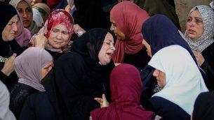 فلسطينيات يشاركن في جنازة عائشة الرابي في قرية بديا، بالقرب من سلفيت في الضفة الغربية، 13 أكتوبر، 2018. (Nasser Ishtayeh/Flash90)