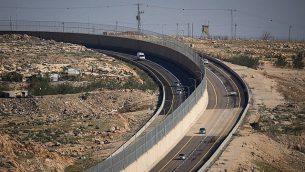 طريق 4370، مع جدار فاصل بين المركبات الإسرائيلية والفلسطينية، 10 يناير، 2019.  (Yonatan Sindel/Flash90)