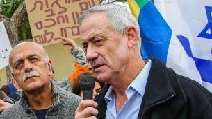 رئيس هيئة أركان الجيش الإسرائيلي الأسبق بيني غانتس مع أفراد ونشطاء من الطائفة الدرزية خارج منزله في روش هعاين خلال مظاهرة ضد قانون الدولة القومية، 14 يناير، 2019. (Flash90)