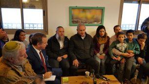 رئيس الوزراء بنيامين نتنياهو يلتقي بعائلات تم اخلائها من بؤرة نتيف هأفوت الاستيطانية العام الماضي، في مستوطنة العزار في الضفة الغربية، 28 يناير 2019 (Gush Etzion Regional Council)