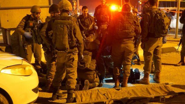 جنود في ساحة محاولة تنفيذ هجوم طعن بالقرب من مدينة نابلس في الضفة الغربية، 21 يناير 2019 (Israel Defense Forces)