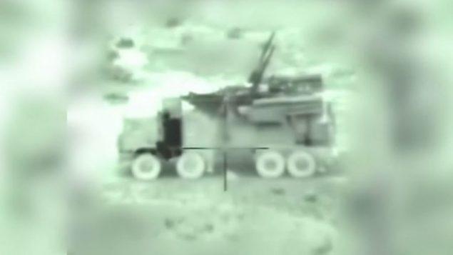 بطاريات مضادة للطائرات سورية، عبر عدسة استهداف صاروخ اسرائيلي، في تصوير نشره الجيش الإسرائيلي من غاراته الجوية في ساعات الصباح الباكر في سوريا، 21 يناير 2019 (IDF)
