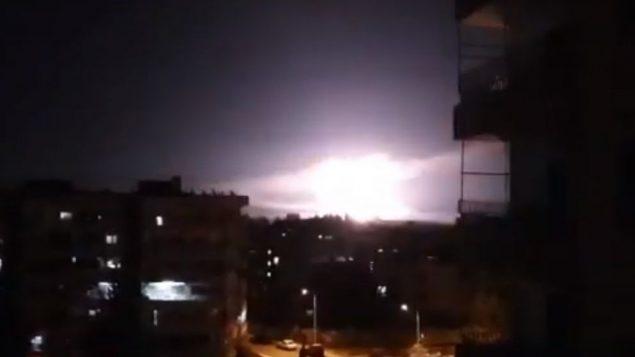 انفجار وقع خلال غارات جوية اسرائيلية بحسب التقارير، بالقرب من دمشق، سوريا، 21 يناير 2019 (screen capture: YouTube)