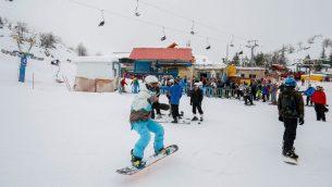 زوار يستمتعون من افتتاح موسم التزلج في جبل الشيخ، 28 يناير 2018 (Basel Awidat/Flash90)