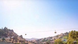 تصور فني لمشروع عربات التلفريك التي تمر فوق وادي 'هينوم'، من فيديو ترويجي تم نشره على YouTube.