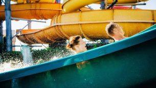صورة توضيحية لأشخاص على زلاجة مائية. (Bortnikau, Getty Images)