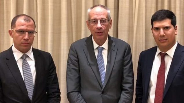 محامو رئيس الوزراء بينيامين نتنياهو، (من اليسار) طال شابيرا، نافوت تل تسور وعاميت حداد، بعد لقاء مع النائب العام أفيحاي ماندلبليت في 21 يناير، 2019.  (Mivzak news screenshot)