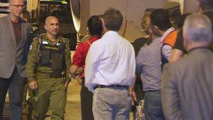مسؤولون برازيليون في استقبال رئيس فريق البحث والإنقاذ التابع للجيش الإسرائيلي مع وصوله إلى البرازيل يوم الأحد، 27 يناير، 2019.  (Screencapture/Globo TV)