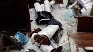 مخطوطات توراة القيت على الارض خلال هجوم تخريب في كنيست بالقدس، 29 يناير 2019 (Facebook)