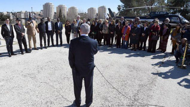 رئيس الوزراء بنيامين نتنياهو يتحدث مع بعثة سفراء الى الامم المتحدة، في مهبط طائرات بالكنيست في القدس، 3 فبراير 2019 (Haim Tzach/GPO)