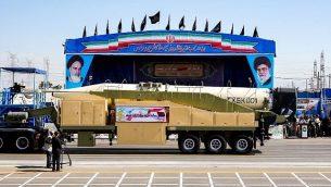 """هذه الصورة تم التقاطها في 22 سبتمبر، 2018، وتظهر صاروخ """"خرمشهر"""" الإيراني طويل المدى يُعرض خلال عرض عسكري سنوي لإحياء ذكرى اندلاع الحرب الإيرانية-العراقية بين 1980-1988، في العاصمة طهران.  (AFP PHOTO / STR)"""