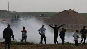 فلسطينيون بالقرب من السياج على طول الحدود مع إسرائيل، شرق مدينة غزة، في 1 فبراير، 2019. (SAID KHATIB / AFP)