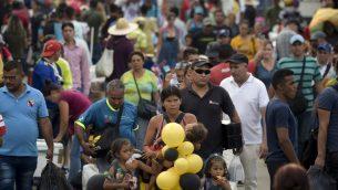 اشخاص يعبرون جسر سيمون بوليفار الدولي عند الحدود بين فينزويلا وكولومبيا، 6 فبراير 2019 (RAUL ARBOLEDA / AFP)