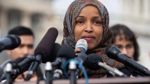 النائبة عن مينيسوتا في الكونغرس الأميركي الهان عمر خلال مؤتمر صحفي في واشنطن، 7 فبراير 2019 (Saul Loeb/AFP)