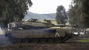 دبابة 'مركافا' الإسرائيلية تشارك في مناورة عسكرية في الجانب الإسرائيلي من هضبة الجولان، 12 فبراير، 2019. (Photo by JALAA MAREY / AFP)