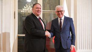 وزير الخارجية البولندي  جاسيك تشابوتوفيتش (من اليمين) ونظيره الأمريكي مايك بومبيو يتصافحان خلال مؤتمر صحفي مشترك في 12 فبراير، 2019، في وارسو.(Photo by Janek SKARZYNSKI / AFP)