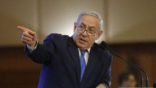 رئيس الوزراء بنيامين نتنياهو يلقي كلمة أمام حضو مؤتمر رؤساء المنظمات اليهودية الكبرى، في القدس، 18 فبراير، 2019.  (Menahem Kahana/AFP)