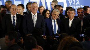 من اليسار إلى اليمين: قادة قائمة 'أزرق أبيض' موشيه يعالون، بيني غانتس، يائير لابيد وغابي أشكنازي في صورة مشتركة بعد الإعلان عن تحالفهم الانتخابي الجديد في 21 فبراير، 2019. (Jack Guez/AFP)