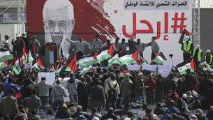 متظاهرون فلسطينيون يشاركون في مظاهرة لمطالبة عباس التنحي عن منصبه، مدينة غزة، 24 فبراير، 2019. (MAHMUD HAMS/AFP
