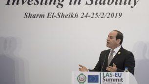 الرئيس المصري عبد الفتاح السيسي خلال مؤتمر صحفي في ختام اول جلسة مشتركة في قمة الاتحاد الأوروبي والجامعة العربية في شرم الشيخ، 25 فبراير 2019 (KHALED DESOUKI / AFP)