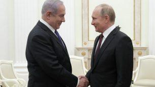 الرئيس الروسي فلاديمير بوتين يصافح رئيس الوزراء الإسرائيلي بنيامين نتنياهو خلال لقاء في الكرملين، 27 فبراير 2019 (MAXIM SHEMETOV / POOL / AFP)