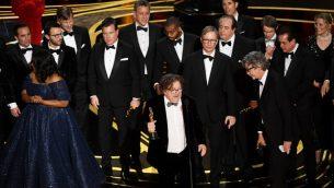 تشارلز بي. ويسلر (وسط الصورة) وفريق عمل فيلم 'غرين بوك' يستلمون جائزة أفضل فيلم على منصة حفل توزيع جوائز الأوسكال ال91 في مسرح 'دولبي'، 24 فبراير، 2019 في هوليوود بولاية كاليفورنيا. (Kevin Winter/Getty Images/AFP)