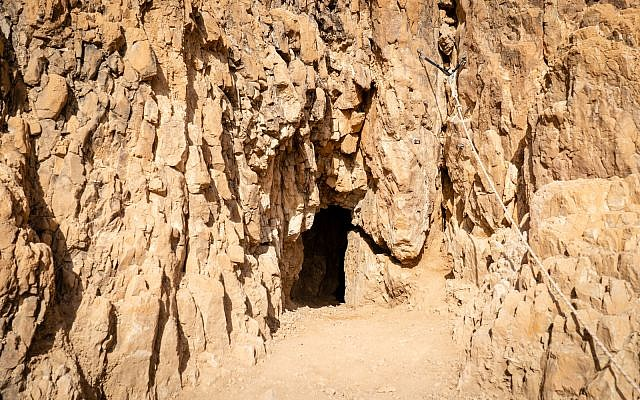 مدخل الكهف 52 المكتشف حديثا في موقع قمران الأثري، حوالي 200 متر (656 قدم) فوق البحر الميت، 22 يناير، 2019. (Luke Tress/Times of Israel)