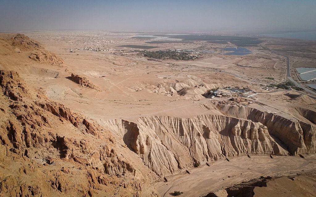 منظر لموقع قمران الأثري من كهف تم إنشاؤه حديثا في البحر الميت، 22 كانون الثاني 2019. (Luke Tress/Times of Israel)